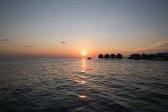 Bello tramonto e bungalow Immagini Stock Libere da Diritti