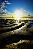 Bello tramonto e siluetta delle famiglie alla spiaggia di Hickam, Hawai immagine stock