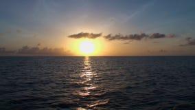 Bello tramonto in mare, colori stupefacenti maldives archivi video
