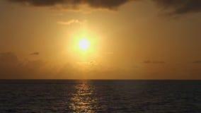 Bello tramonto in mare, colori stupefacenti maldives video d archivio