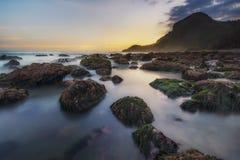 Bello tramonto in Misty Beach fotografia stock
