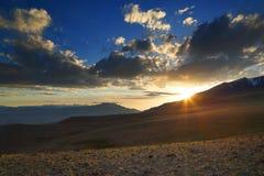 Bello tramonto in montagne di Altai Fotografie Stock