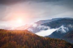 Bello tramonto in montagne di Altai di autunno, Siberia, Russia immagine stock libera da diritti
