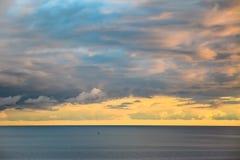 Bello tramonto multicolore di panorama sul mare immagine stock libera da diritti