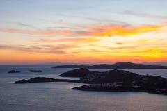 Bello tramonto multicolore nelle isole del mare Immagine Stock