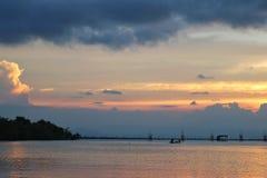 Bello tramonto nel lago di songkhla Immagini Stock Libere da Diritti