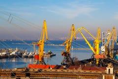 Bello tramonto nel porto marittimo di Odessa l'ucraina fotografie stock libere da diritti