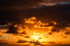 Bello tramonto nell'Oceano Atlantico con le nuvole stupefacenti Immagine Stock