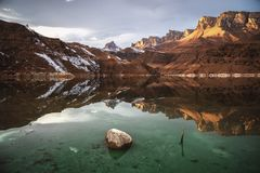 Bello tramonto nella riflessione di un lago della montagna immagine stock libera da diritti