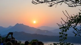 Bello tramonto nelle montagne fotografia stock libera da diritti