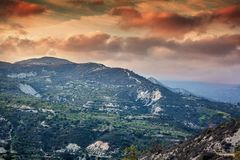 Bello tramonto nelle montagne, Cipro, Troodos Colline verdi, Fotografia Stock Libera da Diritti