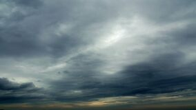Bello tramonto, nuvole al rallentatore e tempestose 4k stock footage