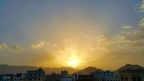 Bello tramonto, nuvole e montagne nel Medio Oriente Immagini Stock