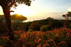 Bello tramonto o sunrie nel oean con le montagne Immagini Stock