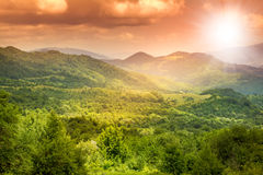 Bello tramonto sbalorditivo luminoso nella montagna Immagini Stock Libere da Diritti