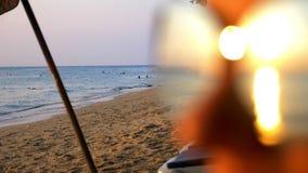 Bello tramonto soleggiato sul mare Vista tramite gli occhiali da sole la donna in occhiali da sole esamina il tramonto sul mare stock footage