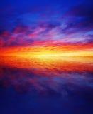 Bello tramonto sopra acqua fotografia stock