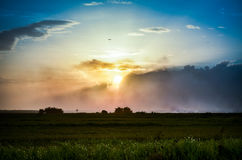 Bello tramonto sopra il campo Immagine Stock