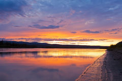 Bello tramonto sopra il fiume di Yukon vicino alla città di Dawson Fotografia Stock Libera da Diritti