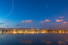 Bello tramonto sopra il lago Fotografie Stock