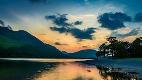 Bello tramonto sopra il lago e le montagne nel distretto del lago nel Regno Unito video d archivio