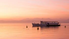 Bello tramonto sopra il lago garda con nuoto della nave, Sirmione Fotografie Stock Libere da Diritti