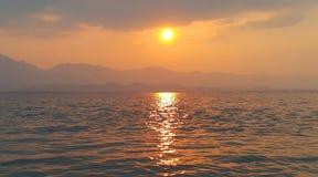 Bello tramonto sopra il lago Phayao, Tailandia fotografie stock libere da diritti