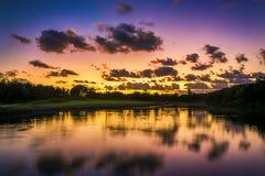 Bello tramonto sopra il lago vicino al campo da golf in un tropica Fotografia Stock