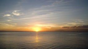 Bello tramonto sopra il mare archivi video
