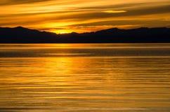 Bello tramonto sopra il mare e la montagna Immagine Stock Libera da Diritti