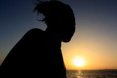Bello tramonto sopra il mare e le montagne Immagine Stock