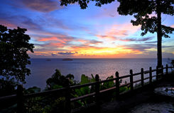 Bello tramonto sopra il mare in Koh Chang, Tailandia Immagine Stock