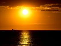 Bello tramonto sopra il mare, nave sull'orizzonte fotografie stock libere da diritti