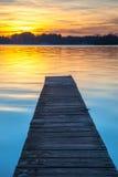 Bello tramonto sopra il molo di legno in Groninga, Paesi Bassi Immagine Stock Libera da Diritti
