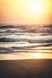 Bello tramonto sopra l'oceano Alba nel mare Immagine Stock