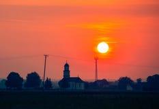 Bello tramonto sopra la chiesa Fotografia Stock