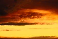 Bello tramonto sopra la città con il cielo vivo di bellezza Immagini Stock