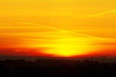Bello tramonto sopra la città con il cielo vivo e la configurazione di bellezza Immagine Stock Libera da Diritti