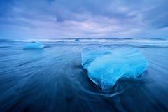 Bello tramonto sopra la spiaggia famosa del diamante, Islanda Questa spiaggia della lava della sabbia è piena di molte gemme giga immagine stock