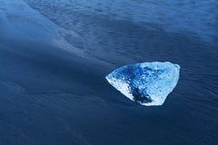 Bello tramonto sopra la spiaggia famosa del diamante, Islanda Questa spiaggia della lava della sabbia è piena di molte gemme giga fotografie stock