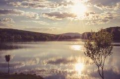 Bello tramonto sopra lo stagno immagini stock