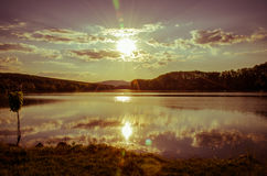 Bello tramonto sopra lo stagno fotografie stock libere da diritti