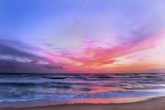 Bello tramonto su una spiaggia dello Sri Lanka fotografie stock