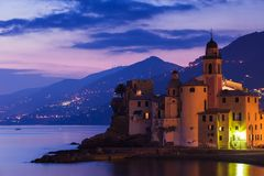 Bello tramonto sul Pebble Beach in Camogli vicino a Genova, Italia fotografie stock