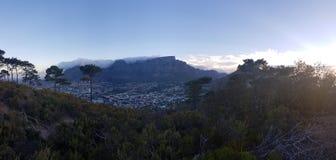 Bello tramonto sulla montagna della Tabella con la tovaglia della nuvola immagine stock