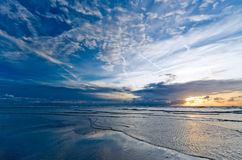 Bello tramonto sulla spiaggia Immagine Stock Libera da Diritti