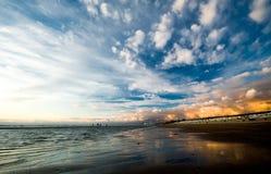 Bello tramonto sulla spiaggia Immagine Stock