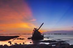 Bello tramonto sulla spiaggia fotografia stock
