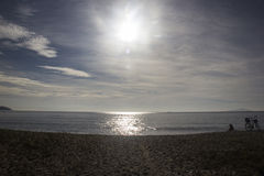 Bello tramonto sulla spiaggia di Caraguatatuba, costa del nord della t Fotografia Stock