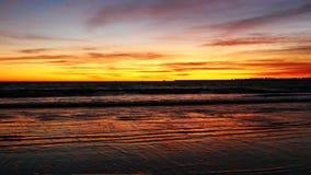 Bello tramonto sulla spiaggia (4K) video d archivio